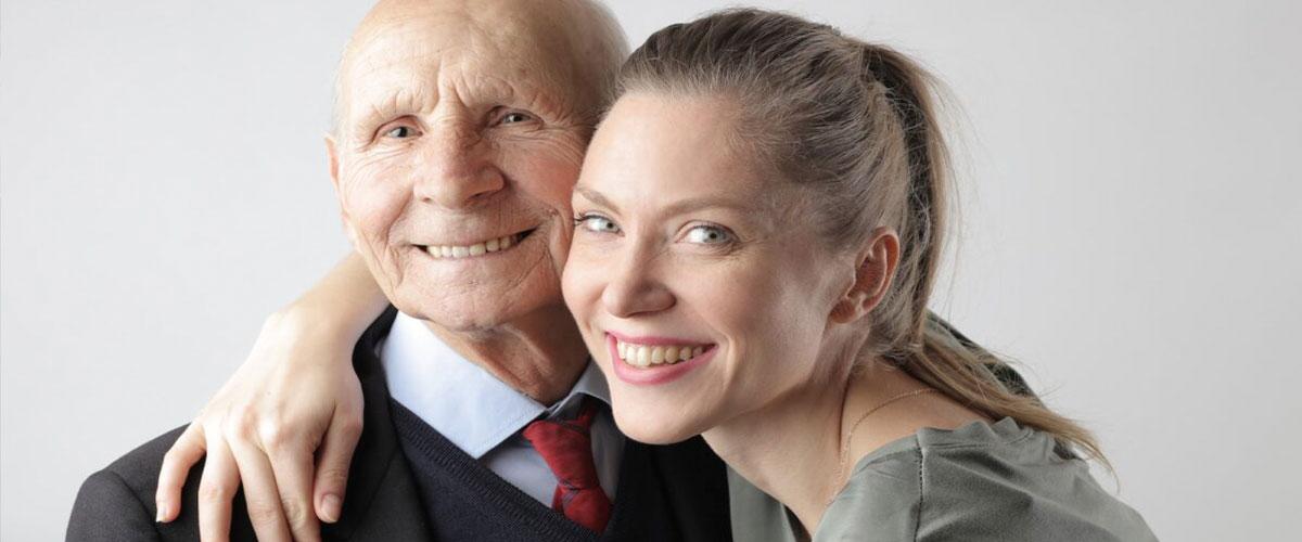 Necesito a una persona para cuidar gente mayor, ¿qué hago?