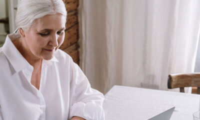 Personas mayores en casa: trabajo y el cuidado de un adulto mayor